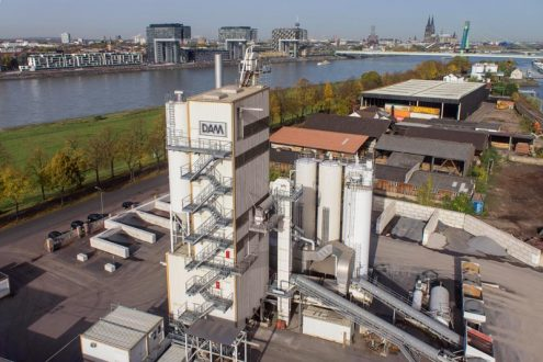 Asphalt Mischwerk in Köln Poll mit Rheinpanorama
