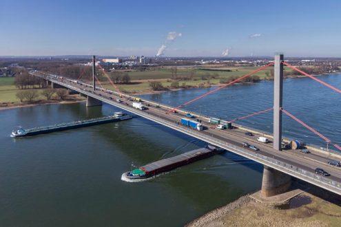 Leverkusener Autobahnbrücke über den Rhein mit Schiffen