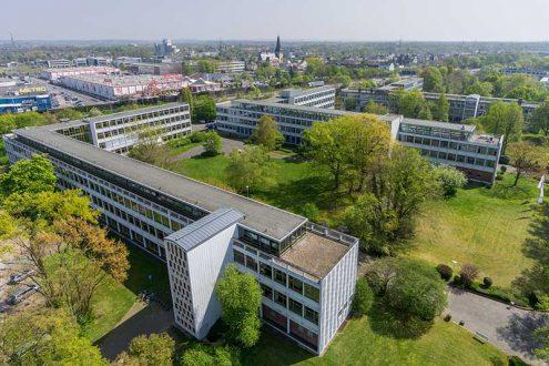 Luftbild von Schulgebäude in Leverkusen