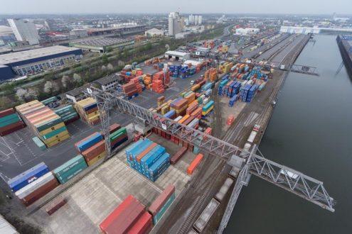 Neuser Hafen, Düsseldorf mit Containern