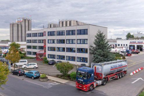 Firmenzentrale von Logistikunternehmen mit Sattelschlepper