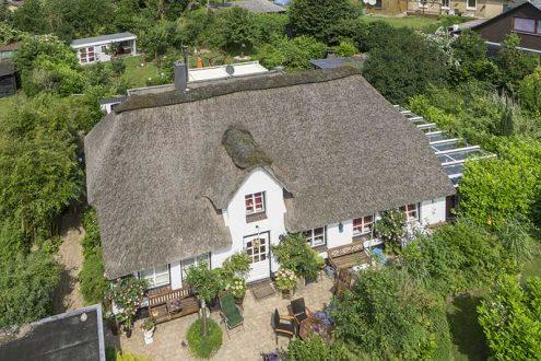 Haus mit Reetdach auf dem Land