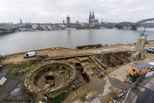 Archäologie am Rheinufer in Köln Deutz mit Altstadtpanorama