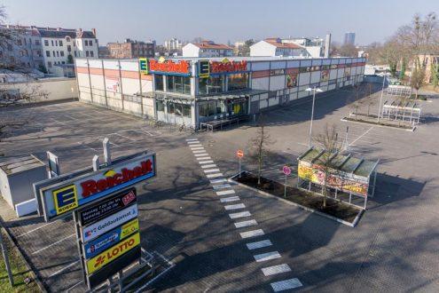 Luftaufnahme von Supermarkt und Parkplatz in berlin
