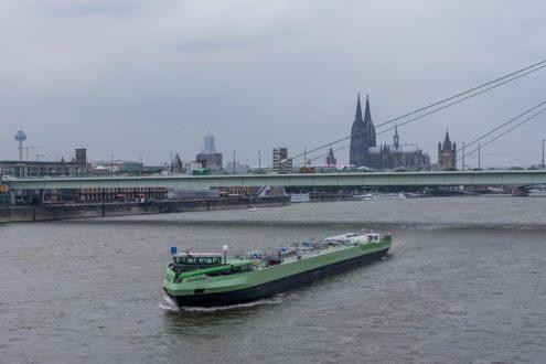Schiff auf Rhein in Köln und Severinsbrücke