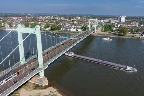 Mühlheimer Brücke über den Rhein in Köln mit Schiffen
