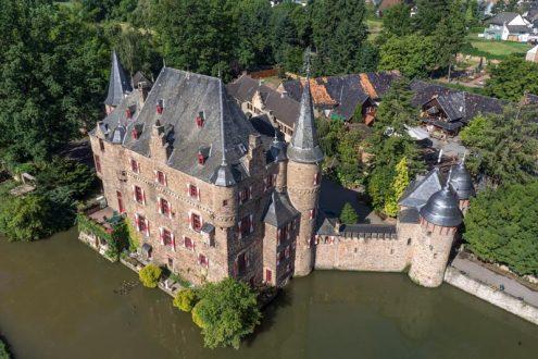 Luftaufnahme von Burg Satzvey in NRW