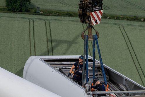 Techniker bei der Arbeit in der Gondel einer Windkraftanlage