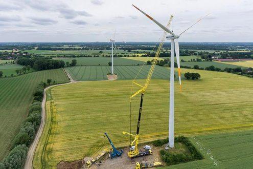 Windkraftanlage in Niedersachsen während Wartungsarbeiten