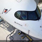 Inspektion von Verkehrsflugzeug mit Drohne