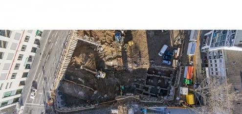 Baustelle und archäologische Grabung durch Römisch-Germanisches Mueum in Köln, NRW. Vorbereitung von dem Bauprojekt am Gürzenich