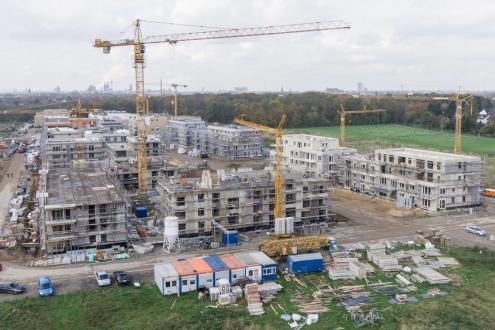 Großbaustelle Neubau von Wohnungen und Einfamilienhäusern