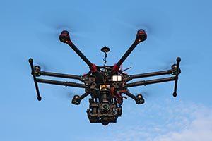 Drohne mit hochgefahrenem Landegestell, Modell S900 von DJI mit Panasonic GH4 Kamera