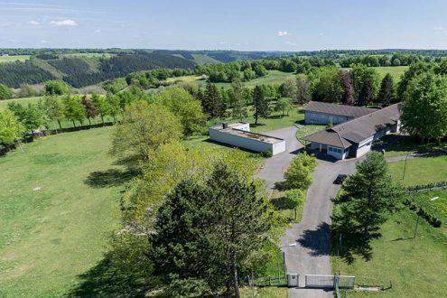 Luftaufnahme von großer Immobilie in der Eifel