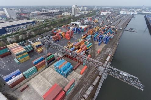 Containerhafen Neuss Düsseldorf Kräne und Container