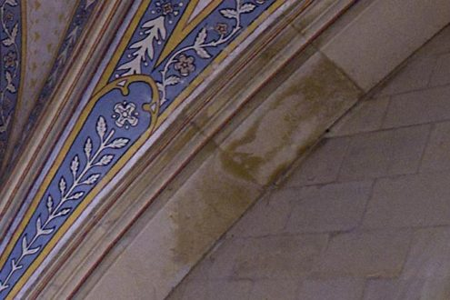 Inspektion von Wasserschäden in einer Kirche