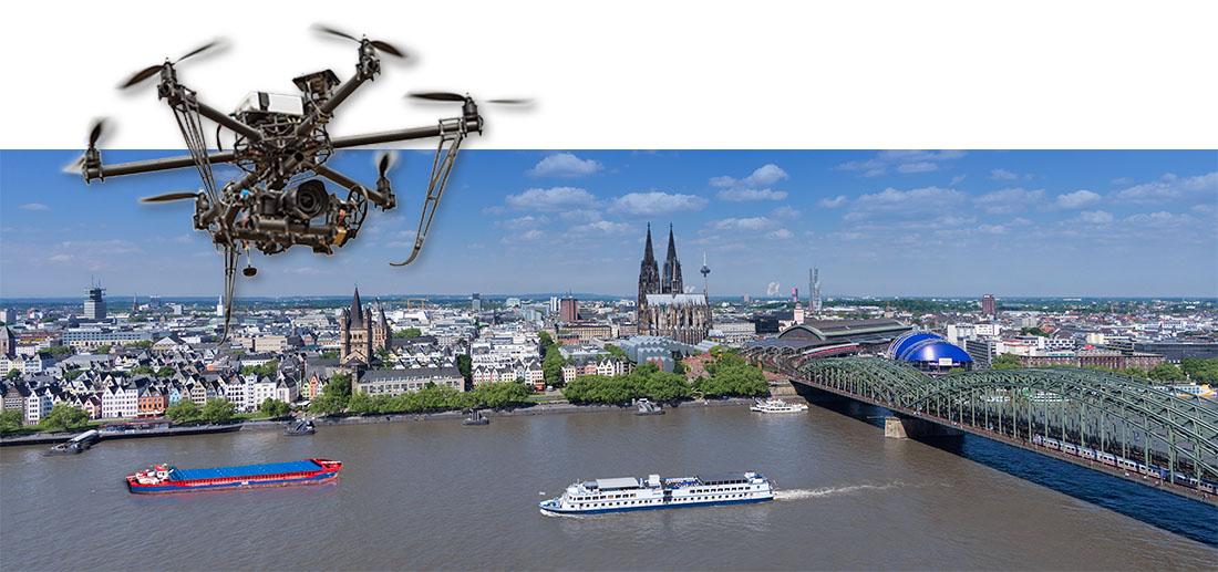 Stadtpanorama von Köln in NRW mit Dom, Rhein, Altstadt und Hohenzollernbrücke