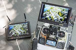 Fernsteuerung und Monitor für den Einsatz mit Drohnen