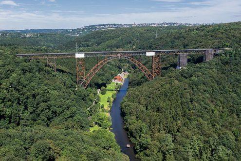 Stählerne Bogenbrücke im Bergischen Land über die Wupper für die S-Bahn Linie S 7 zwischen Remscheid und Solingen